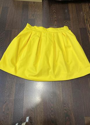 Яркая желтая юбка