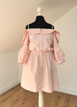 Розовое платье-рубашка с открытыми плечами