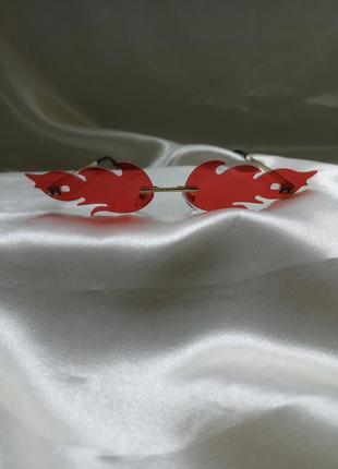Модные солнцезащитные очки красные огоньки огни узкие очки 70102 фото