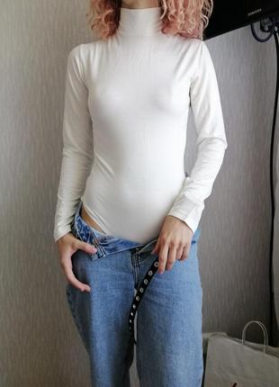 Молочный боди с длинным рукавом под горло