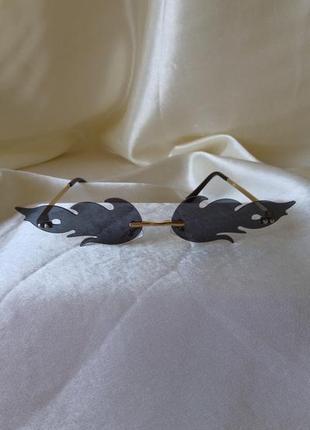 Модные солнцезащитные очки черные огоньки огни узкие очки 70103 фото