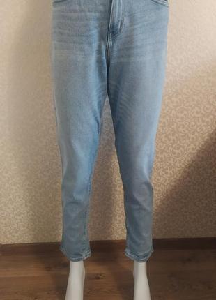 Голубые джинсы мом calvin klein