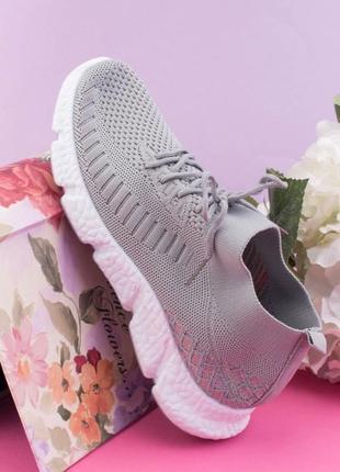 Женские серые кроссовки на шнуровке1 фото
