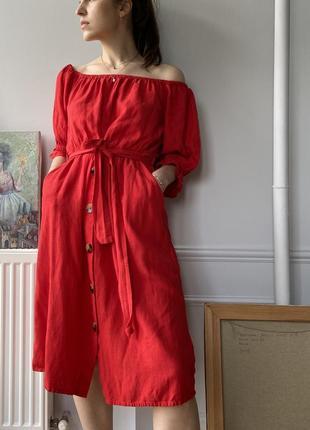 Красное платье миди длины, с пышными рукавами, на поясе