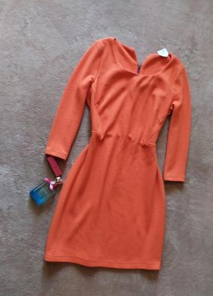 Плотное оранжевое фактурное платье футляр рукав 3/4 сзади на молнии