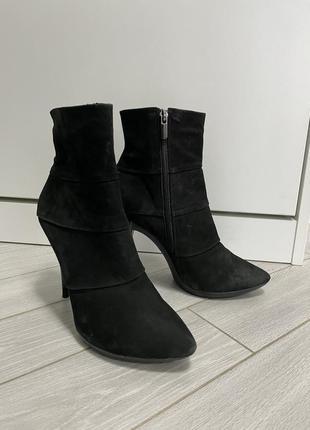 Ботинки на каблуке на узкую ногу