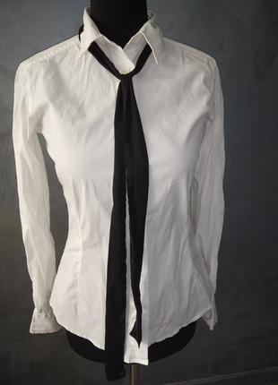 Красива біла рубашка