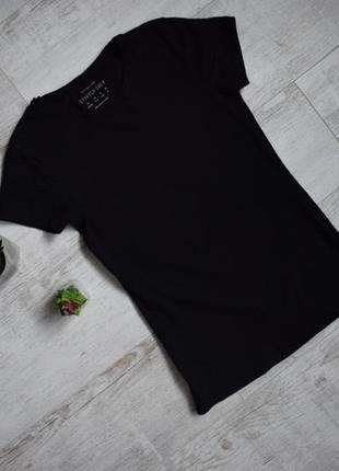 Базовая стрейчевая черная футболка