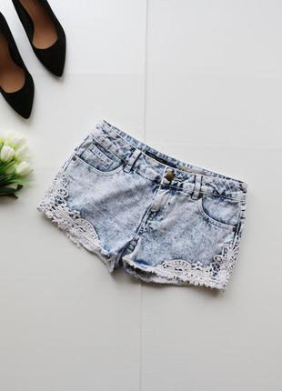 Красивые джинсовые шорты с кружевом по бокам
