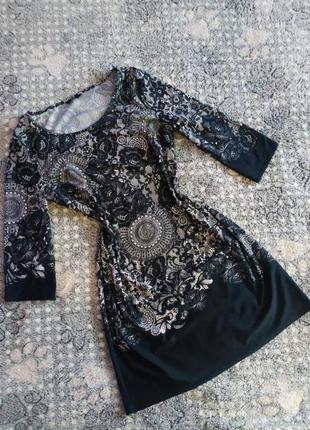 Нарядне плаття в чорно-білий квітковий принт