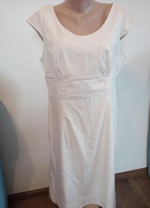 Красивое платье кремового цвета
