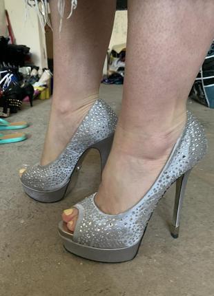 Туфли на каблуках со стразами серебряные