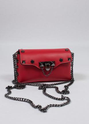Маленькая и стильная сумочка на цепочке из натуральной кожи.
