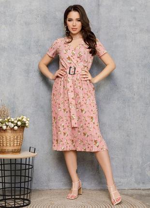 Розовое платье с плиссировкой и цветочным принтом