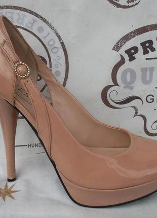 Очень красивые лаковые туфли, цвета пудры, размер 39, есть дефекты