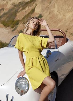 Короткое горчичное платье с поясом