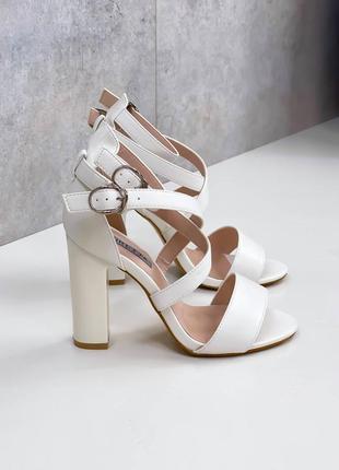 Модные белые женские босоножки на каблуке