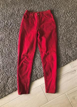 Красные штаны, джинсы момы, mom