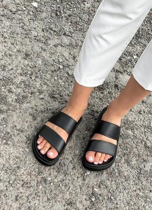 Чорні шльопанці на літо