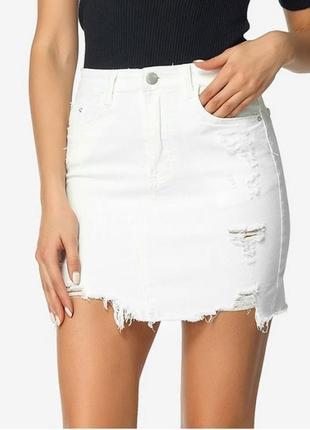 Белая рваная джинсовая юбка stradivarius