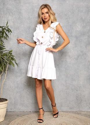 Белое платье с рюшами и воланом