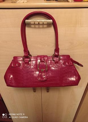 Качественная вместительная сумка приятного под рептилию вишневого цвета