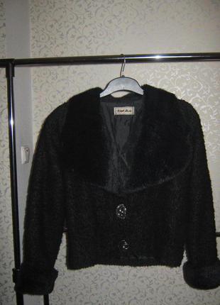 Черная куртка-жакет с воротником и манжетами из искусственного меха