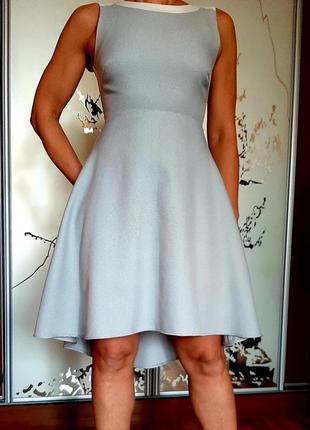 Стильное серое приталенное платье с ассиметричной юбкой
