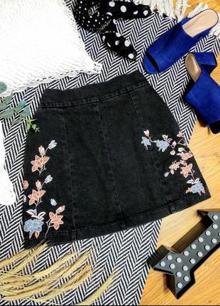 Джинсовая юбка мини с вышивкой