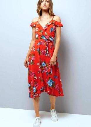 Ярко-красное платье в цветах с ассиметричной юбкой и воланами