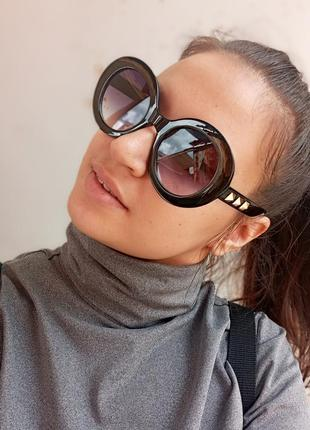 Стильные круплые круглые чёрные очки с шипами в пластмассовый оправе1 фото