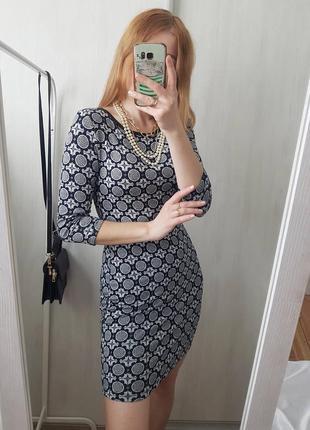 Чудова сукня по фігурці у абстракцію
