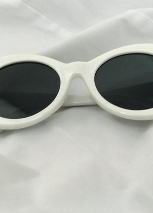 Солнцезащитные очки с белой, пластиковой оправой