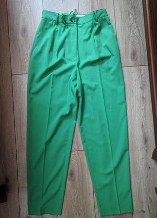 Зеленые свободные брюки с защипами