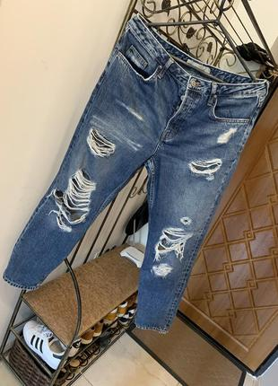 Стильные рваные джинсы мом
