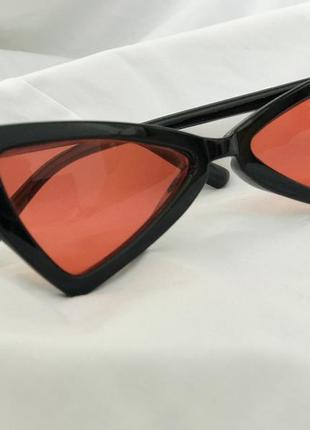 Стильные солнцезащитные очки с красными линзами