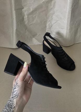 Босоножки на каблуке с задником