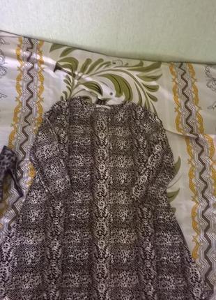 Красивое платье с принтом рептилии