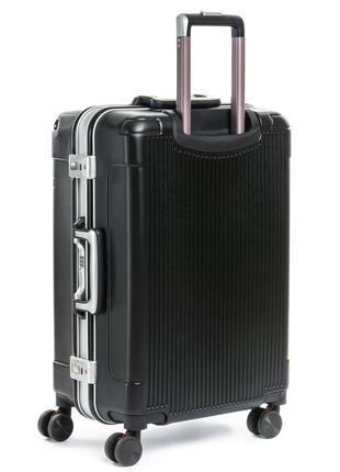 Пластиковый чемодан, выполненный из ударопрочного abs пластика с дополнительным защитным алюминиевым