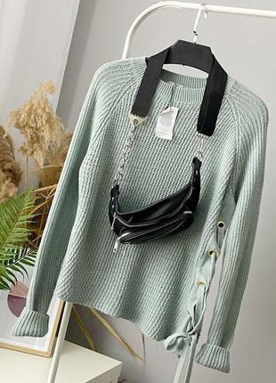 Мягкий ассиметричный свитер ментолового цвета с люверсами и шнуровкой tu