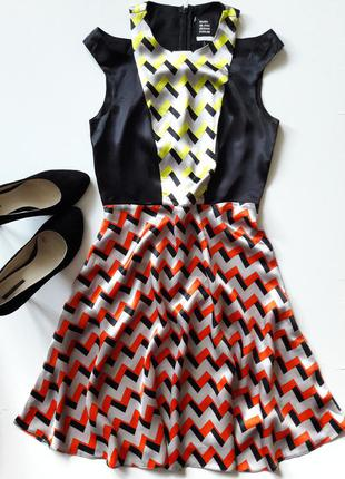 Красивое атласное платье.