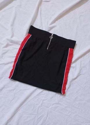 Мини юбка с лампасами на высокой посадке с кольцом и замком спереди