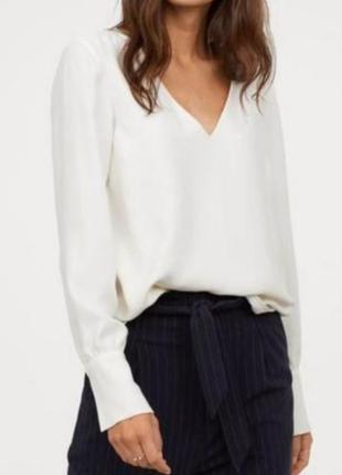 Базовая белая рубашка с треугольным вырезом удлиненная