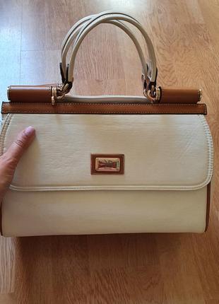 Белая сумка среднего размера