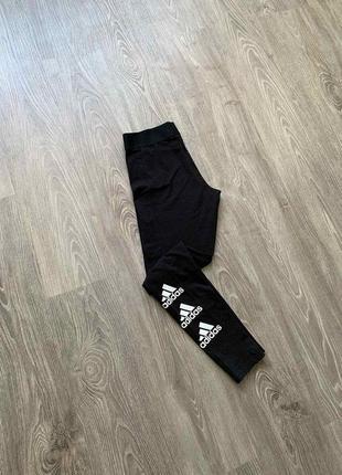 Женпкие лосины/леггинсы adidas must hace stacked logo