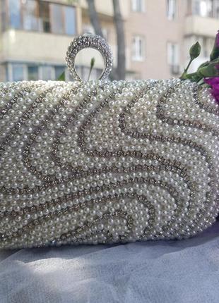 Серебристый красивый вечерний клатч сумочка на цепочке жемчуг белый камни