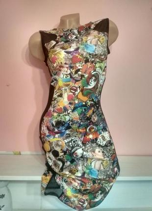 Нестандартное платье с молодежным принтом и прозрачными боками