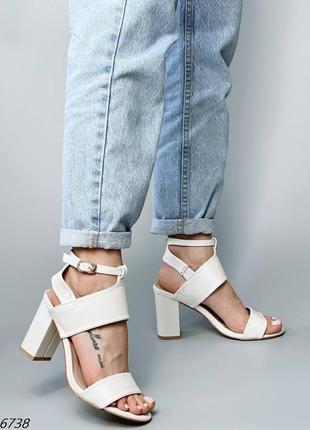 Шикарные белые босоножки на устойчивом каблуке