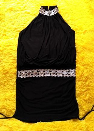 Маленькое черное платье с открытой спиной