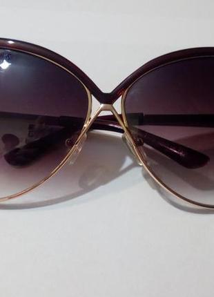 Солнцезащитные очки  в стиле авиаторы.
